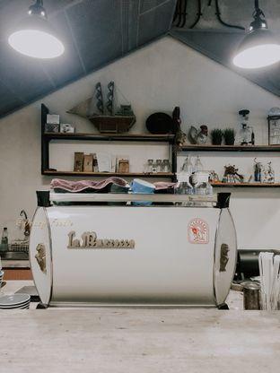Foto 5 - Interior di Emmetropia Coffee oleh deasy foodie