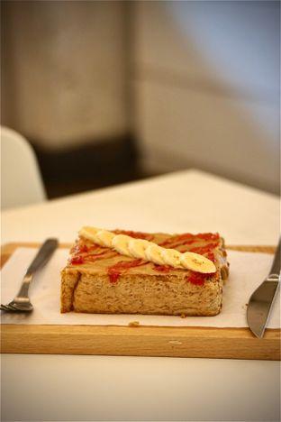 Foto 4 - Makanan(Banana Berry Peanut Toast) di DIDAGO Cafe oleh Fadhlur Rohman