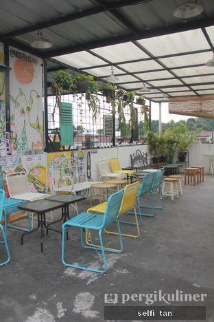 Foto 7 - Interior di Morethana Minilib & Coffee oleh Selfi Tan