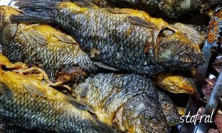 Foto 3 - Makanan(Ikan Mas Goreng) di Warung Nasi Ibu Imas oleh Stanzazone