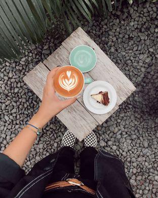 Foto 1 - Makanan(Hot Cappuccino & Rum Tiramisu) di Volks Coffee oleh Citra Pusparani