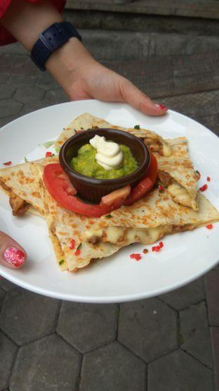 Foto 2 - Makanan(Tacos Ground Beef (IDR 145k)) di Amigos Bar & Cantina oleh Renodaneswara @caesarinodswr