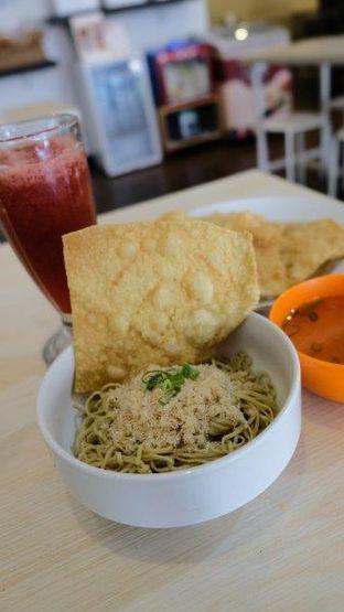 Foto 1 - Makanan(Yamien Asin) di Sam's Strawberry Corner oleh YSfoodspottings
