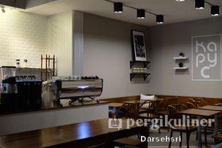 Foto 10 - Interior di Kapyc Coffee & Roastery oleh Darsehsri Handayani