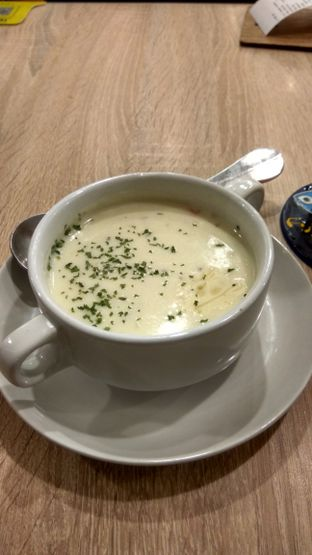 Foto 1 - Makanan(Soup Of The Day (IDR 34k) ) di Fish & Co. oleh Renodaneswara @caesarinodswr