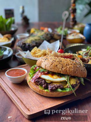 Foto 9 - Makanan(Godzilla Beef Burger) di Cutt & Grill oleh @teddyzelig
