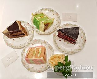 Foto - Makanan(Es Teler Cake, Mocha Baileys, Pisang Ijo Cake, Red Velvet Chocolate) di AMKC Atelier oleh Velvel