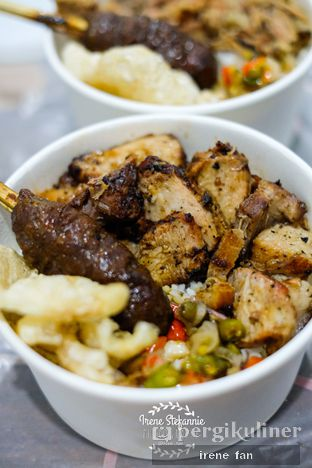 Foto 2 - Makanan(BBQ Pork Belly Rice Bowl Complete Set with Satay) di Hog Hunter oleh Irene Stefannie @_irenefanderland