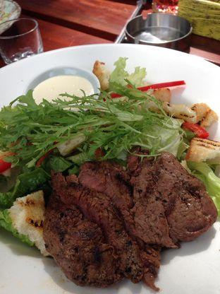 Foto 3 - Makanan(Grilled Steak Salad) di Miss Bee Providore oleh awakmutukangmakan