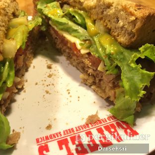 Foto 7 - Makanan(Roast Beef & Cheddar Sandwich) di Raffel's oleh Darsehsri Handayani